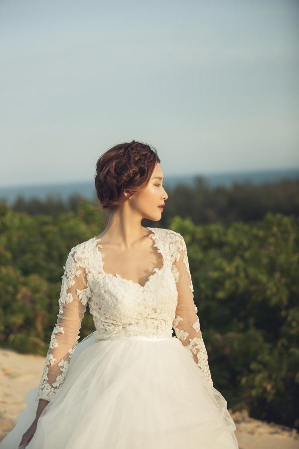 Trong khi đó, dáng váy bồng xòe lại mang đến hình ảnh cô dâu trong ngày cưới nhẹ nhàng, điệu đà nhưng không kém phần tinh tế, sang trọng.