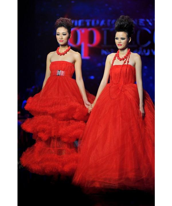 Trong đêm chung kết Vietnam's Next Top Model 2010, Trang Khiếu và Tuyết Lan được diện hai mẫu váy đinh trong bộ sưu tập Rouge với tông màu đỏ làm chủ đạo.