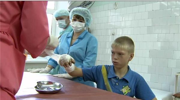 Nikita và Stas hiện vẫn đang được điều trị và theo dõi tại bệnh viện. Ảnh nguồn: Russia Today