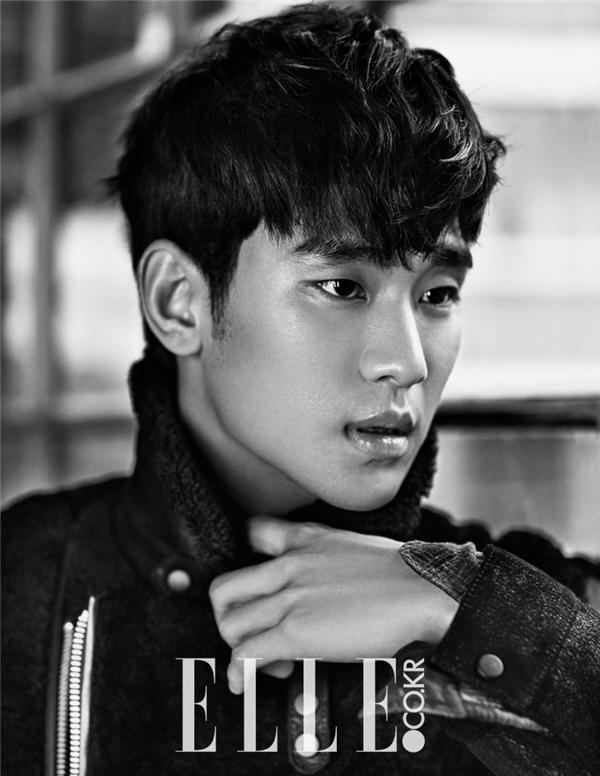 """Nhắc đến nam diễn viên sở hữu làn môi đầy đặn, chắn chắn không thể thiếu """"cụ giáo"""" Kim Soo Hyun. Ngoài khả năng diễn xuất hay miễn bàn thì nụ cười tỏa nắng và hơi """"ngố tàu"""" của anh thừa sức chinh phục hàng triệu trái tim khán giả nữ."""