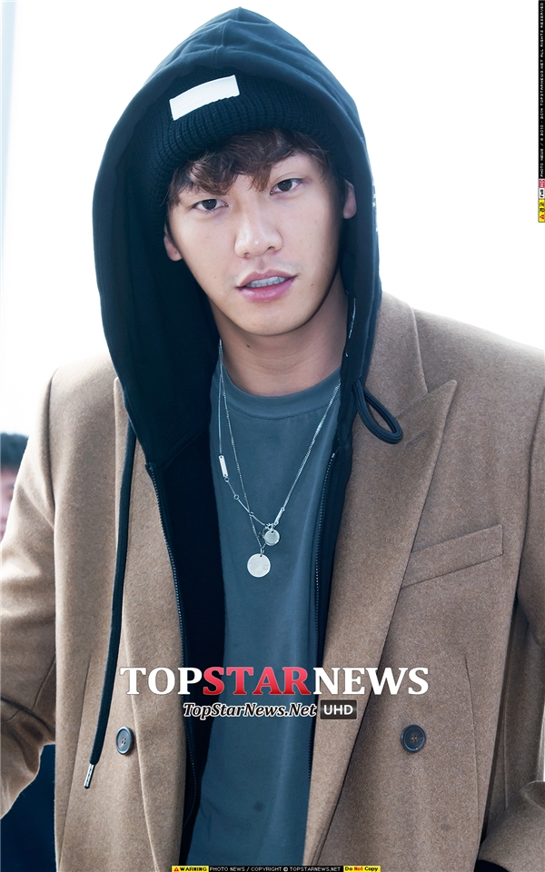 """Xuất thân vai trò người mẫu trên sàn catwalk nhưng phải đến khi lấn sân sang phim ảnh thì sự nghiệp Kim Young Kwang mới thật sự khởi sắc. Dù không sở hữu nhan sắc """"xinh như hoa"""" nhưng gương mặt điển trai đầy nam tính của anh cũng không kém phần cuốn hút."""