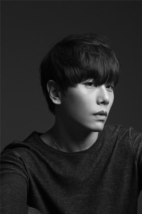 """Với giọng hát ngọt ngào đi vào lòng người, Park Hyo Shin là một trong những giọng ca """"đại thụ"""" của làng nhạc Kpop. Ngoài ra, sức hút của nam ca sĩ còn đến từ bờ môi dày vô cùng quyến rũ."""