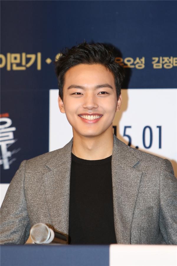 Từ sau vai diễn The Moon Embracing The Sun, Yeo Jin Goo đã sớm hớp hồncác chị fan lớn tuổi nhờ vẻ ngoài điển trai, nụ cười tỏa nắng cùng giọng nói trầm ấm và đặc biệt làđôimôi dày gợi cảm.
