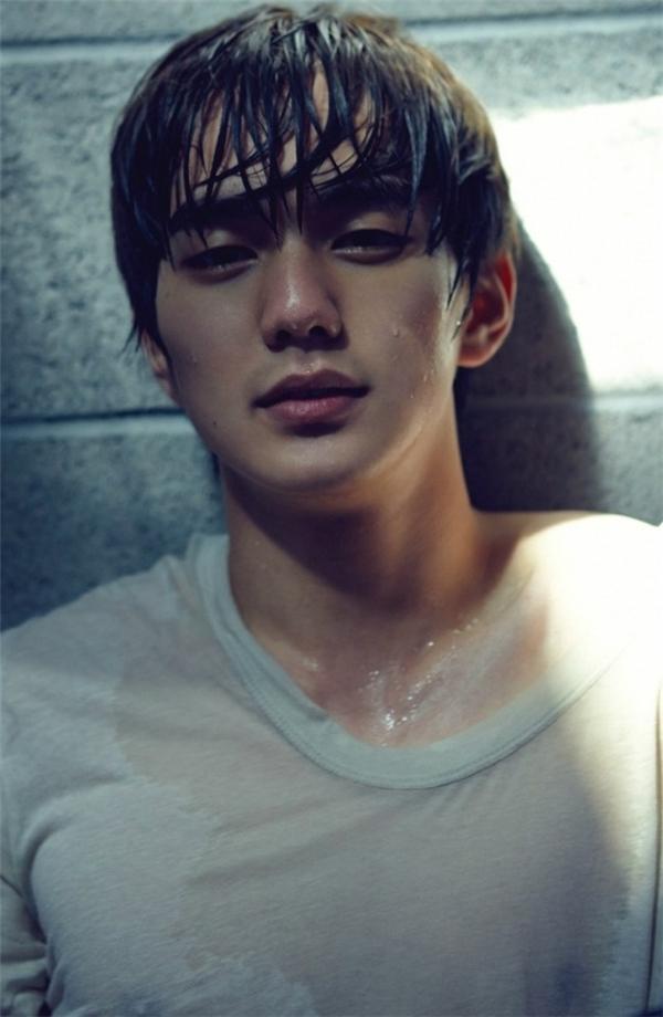 Ngoài tài năng diễn xuất thiên bẩm thì Yoo Seung Ho còn là một trong những mĩ nam đình đám của làng phim xứ Hàn nhờ nụ cười títmắt đáng yêu cùng gương mặt điển trai không tì vết.