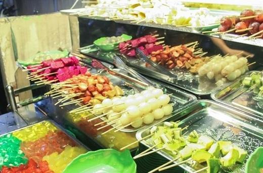 """Giới ăn vặt Sài Gòn từng """"đứng ngồi không yên"""" với trào lưu trái cây tô, trái cây xô thì nay lại chuẩn bị """"đổ đứ đừ"""" với trái cây xiên. (Ảnh: Internet)"""