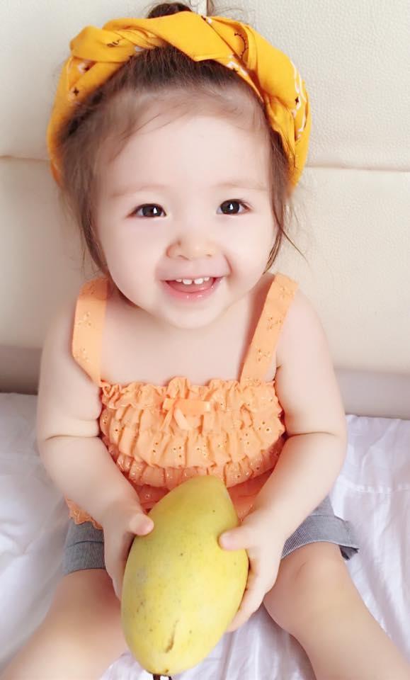 Cadie tỏ ra thích thú với trái xoài vàng ươm. - Tin sao Viet - Tin tuc sao Viet - Scandal sao Viet - Tin tuc cua Sao - Tin cua Sao