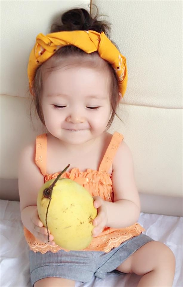 Biểu cảm đáng yêu của Cadie với quả xoài to. - Tin sao Viet - Tin tuc sao Viet - Scandal sao Viet - Tin tuc cua Sao - Tin cua Sao
