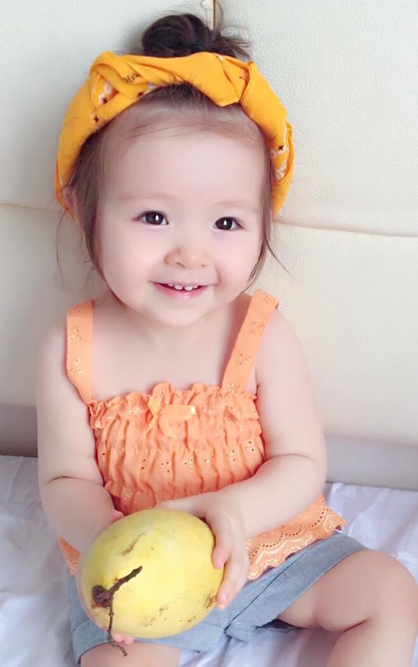 Chiếc khăn mỏ quạmàu vàng là đặc điểm giúp cư dân mạng ví Cadie như cô Tấm. - Tin sao Viet - Tin tuc sao Viet - Scandal sao Viet - Tin tuc cua Sao - Tin cua Sao