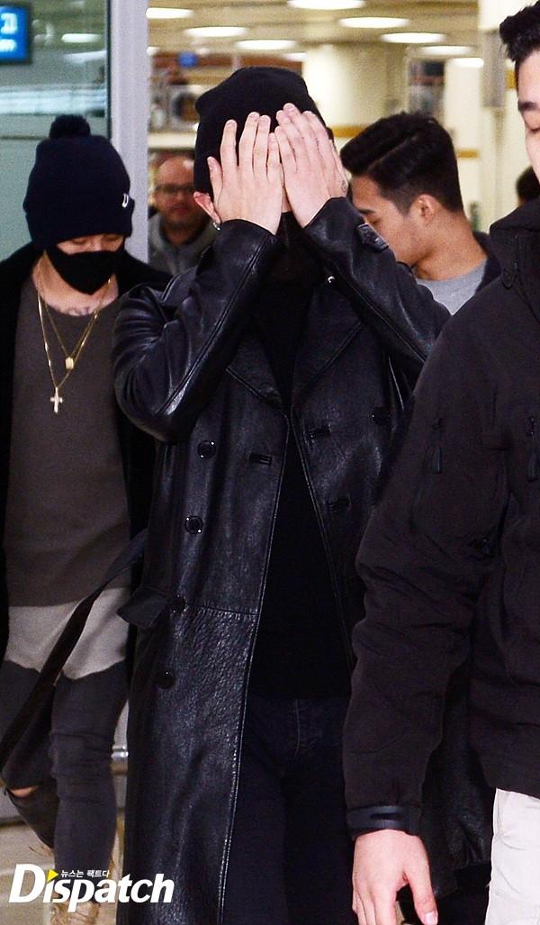 Vừa bước ra, G-Dragon đã dùng tay che mặt...