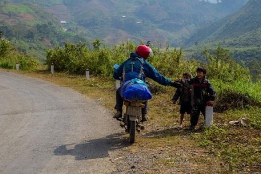 Những em nhỏ vùng cao luôn thu hút sự thích thú của dân du lịch.(Ảnh: Buzzfeed)