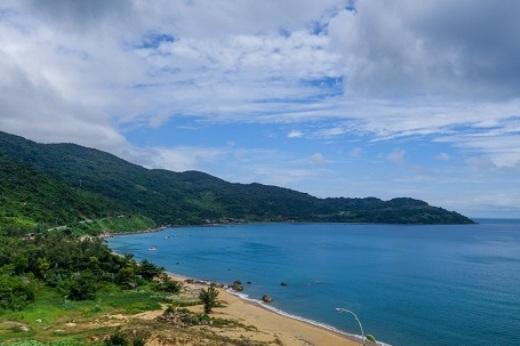 Màu xanh của núi rừng, màu xanh của biển, của trời mây nhưhòa làm một.(Ảnh: Buzzfeed)