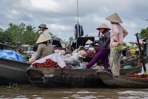 Nếu có dịp, bạn hãy thử một lần được đi chợ trên dòngsông Mê Kông nổi tiếng...(Ảnh: Buzzfeed)