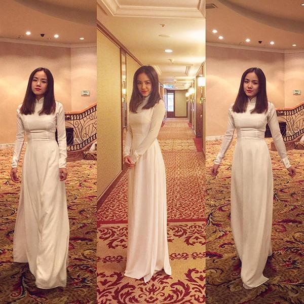 """Trước đó, cô nàng cũng hào hứng """"khoe"""" rằng mình vừa nhận được lời khen từ những vị lãnh đạo cấp cao Malaysia khi xuất hiện đầy dịu dàng trong bộ áo dài trắng truyền thống. - Tin sao Viet - Tin tuc sao Viet - Scandal sao Viet - Tin tuc cua Sao - Tin cua Sao"""
