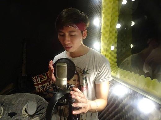 Thí sinh thu âm bài hát cho MV tại phòng thu Cao Bá Thông.