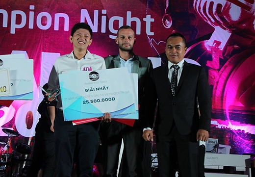 Nguyễn Ngọc Minh nhận giải quán quân Dream Big 2015.