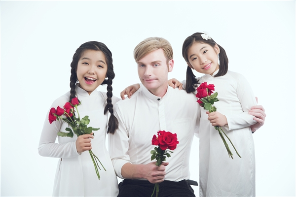 Qua MV lần này, Kyo York và 2 bé Ju Uyên Nhi, Bảo Nghi gửi đến quýthầy cô ở Việt Nam nói riêng và trên toàn thế giới nói chung lời cảm ơn và sự trân trọng dành cho nhữngngười thầm lặng làm công việc đưa đò qua sông.