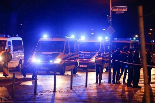 Tuy nhiên, chỉ 90 phút trước khi trận đấu bắt đầu, cảnh sát đã phát hiện một chiếc xe cứu thương bên trong chứa đầy chất nổ đậu gần sânHDI Arena.