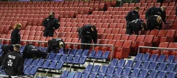 Cảnh sát địa phương tiến hành lục soát toàn bộ các khán đài để chắc chắn rằng không còn vật thể lạ nào khác được cài bên trong SVĐ. Theo kế hoạch, thủ tướng ĐứcAngela Merkel cũng đến dự khán trận đấu này.