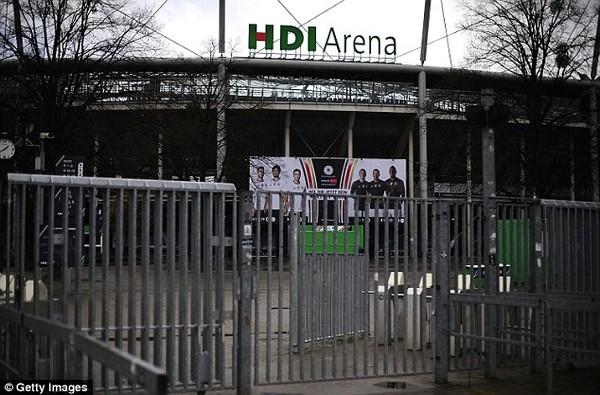 SVĐ HDI Arena vắng lặng sau khi bị cảnh sát phong tỏa.