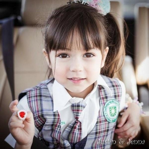 Gương mặt bầu bĩnh và đôi mắt to tròn như búp bê là đặc điệm nhận dạng của mỹ nữ trẻ con này.