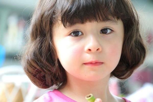 Gương mặt trẻ thơ với ánh mắt long lanh nhưng lại sớm ra dáng thiếu nữ nhờ thần thái và biểu cảm.