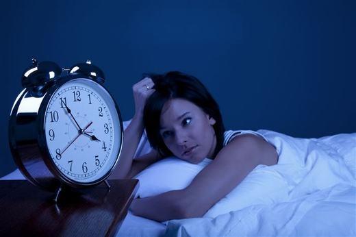 """Cơ thể luôn phản ứng để thích nghi với những thói quen của bạn. Nếu việc bạn làm lặp đi lặp lại đồng nghĩa với cơ thể sẽ dần quen với chúng. Việc ngủ cũng vậy, nếu lập ra thời gian biểu cho nó, bạn sẽ dễ ngủ hơn, bởi cơ thể sẽ không """"mất công"""" thích nghi thêm lần nữa. (Ảnh: Innamag)"""