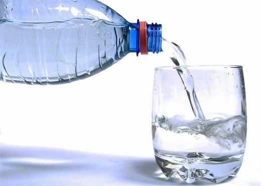 Nhiều bạn thường có thói quen uống một li nước trước khi đi ngủ. Tuy nhiên, điều này sẽ làm bạn tỉnh giấc giữa chừng để tìm nhà vệ sinh. Do vậy, tốt nhất, hãy uống nước trước khi ngủ khoảng 2 giờ. (Ảnh: Innamag)