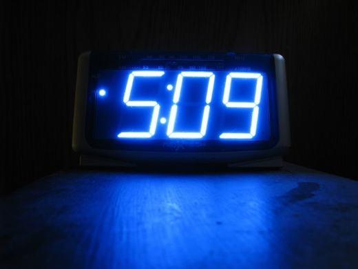 Đồng hồ báo thức có ánh sáng lớn cũng khiến việc ngủ của bạn bị gián đoạn. Tốt nhất, hãy mua một đồng hồ ánh sáng yếu, dịu nhẹ hoặc chỉ sáng khi bạn nhìn vào. Luôn giữ căn phòng mình càng tối càng tốt, bạn sẽ ngủ ngon hơn. (Ảnh: Innamag)
