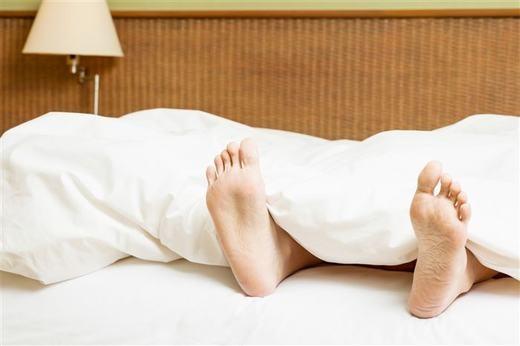 """Luôn giữ ấm đôi chân, bạn sẽ có giấc ngủ ngon, đó là một nghiên cứu được thực hiện bởi các nhà khoa học Anh. Đôi chân ấm sẽ giúp lưu thông khí huyết, góp phần """"ru"""" bạn ngủ nhanh hơn. (Ảnh: Innamag)"""