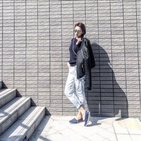 Thời gian gần đây, phong cách thời trang của Tăng Thanh Hà có sự thay đổi khá rõ rệt khi cô thường xuyên diệnnhững bộ cánh mạnh mẽ, phóng khoáng và bụi bặm hơn. Cũng chính vì thế, áo khoác bằng chất liệu da đã trở thành người bạn đồng hành củacô trong mùa đông năm nay.