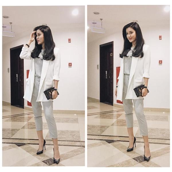 Chiếc áo khoác đơn giản giúp bộ trang phục của Huyền My trở nên tinh tế, sinh động, bắt mắt hơn. Á hậu Việt Nam 2014 luôn được khen ngợi bởi sự tinh tế, sang trọng trong phong cách thời trang.