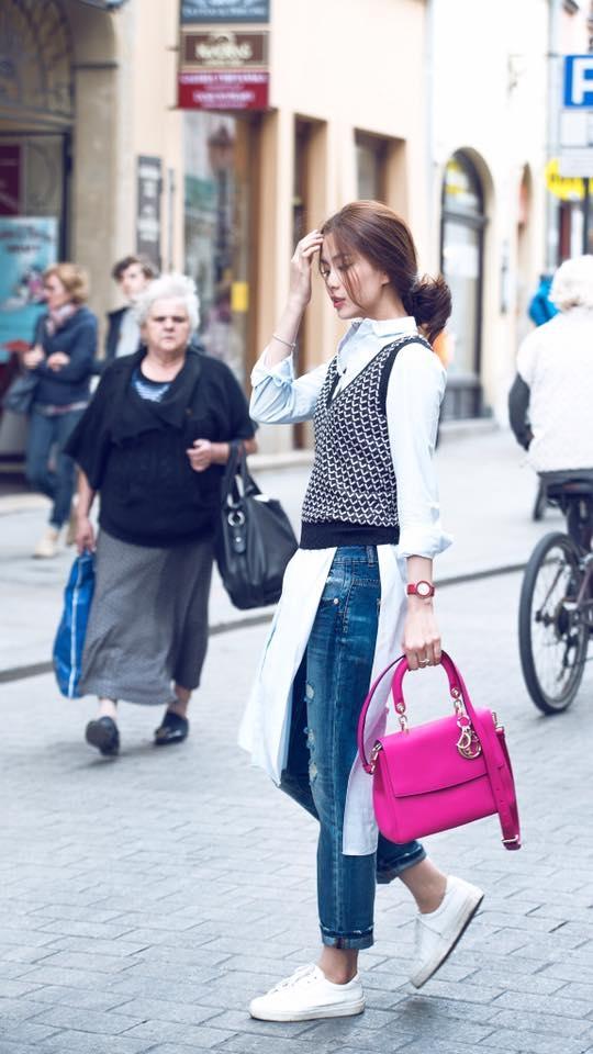 Chiếc áo khoác len cổ điển nay đã trở nên mới lạ hơn qua cách phối trang phục độc đáo của Diễm Trang. Đây sẽ là một công thức đáng bỏ túi cho các quý cô ưa chuộng hơi thở của phong cách thời trang cổ điển, thanh lịch, chỉn chu.