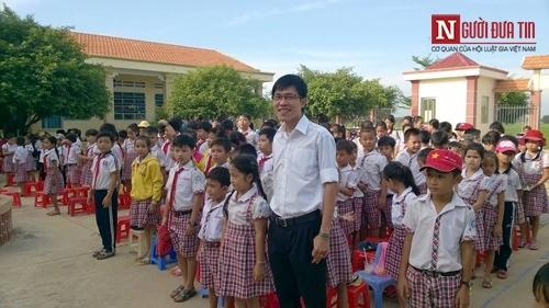 Thầy giáo trẻ bên các học trò cưng.
