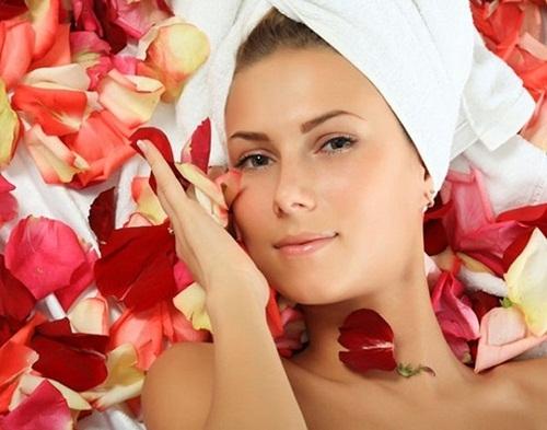 Nước hoa hồng giúp ngăn ngừa nếp nhăn, làm chậm quá trình lão hóa. Ảnh minh họa.