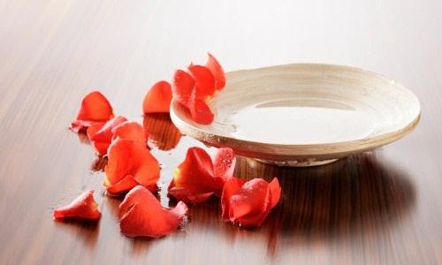 Nước hoa hồng rất lành, làm giảm thiểu sự kích ứng da. Ảnh minh họa.
