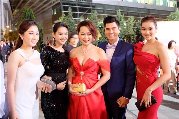 Đoàn diễn viên Việt Nam tại tiệc sinh nhật lần 48 của TVB. - Tin sao Viet - Tin tuc sao Viet - Scandal sao Viet - Tin tuc cua Sao - Tin cua Sao