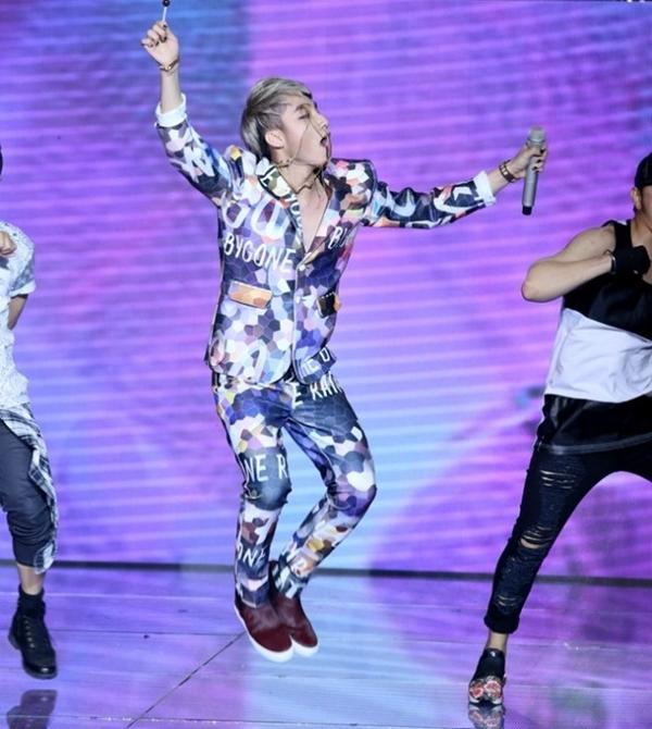 Trên sân khấu The Remix 2015, Sơn Tùng dường như khiến cả khán phòng vỡ òa khi vừa ngậm kẹo vừa hát Cơn mưa ngang qua. Anh chàng diện bộ vest có nhiều màu sắc nổi bật với tên bài hát được dịch sang tiếng Anh.