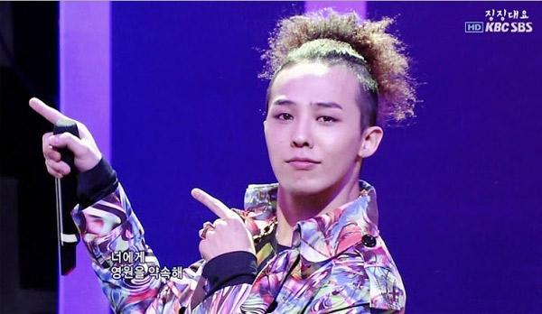 Không khó để nhận ra G-Dragon cũng từng sở hữu một kiểu vest tương tự nhưng với họa tiết hoa lá thay vì họa tiết hình học như của Sơn Tùng.
