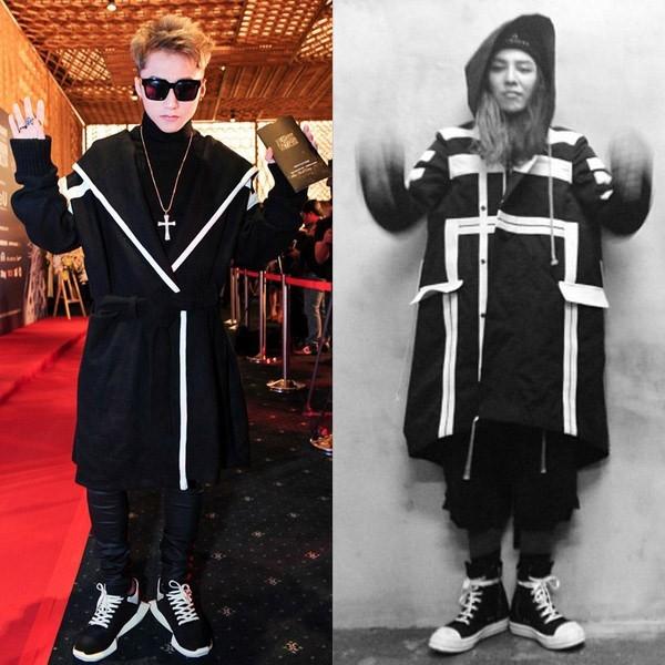 Trên thảm đỏ khai mạc Vietnam International Fashion Week 2014, Sơn Tùng diện cả cây đen kết hợp áo khoác dáng dài cùng quần ôm. Thiết kế được tạo điểm nhấn bởi những đường cắt hiện đại, chi tiết dựng phom cùng đường diềm tương phản tông màu. Cùng so sánh hai mẫu thiết kế thì có vẻ của Sơn Tùng trông khá thanh thoát, năng động hơn.