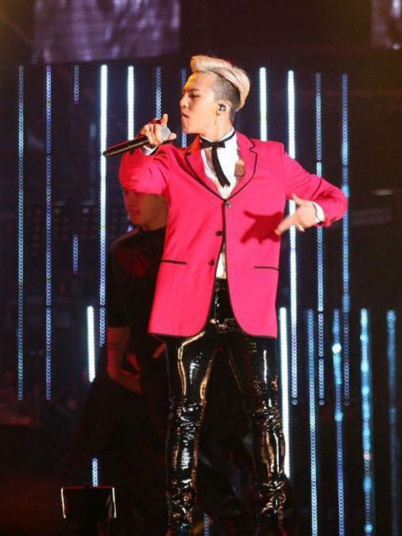 Cùng diện mẫu vest đỏ rộng có phom cổ điển, nếu Sơn Tùng ghi điểm bởi sự hài hòa thì G-Dragon lại thu hút bởi vẻ ngoài cá tính, lạ mắt.