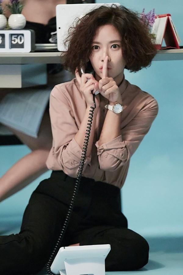 """Một trong những cái """"xấu"""" đầu tiên của Hwang Jung Eum trong """"She Was Pretty"""" chính là mái tóc bù xù như tổ quạ cùng khuôn mặt tàn nhang trông đến chán đời."""