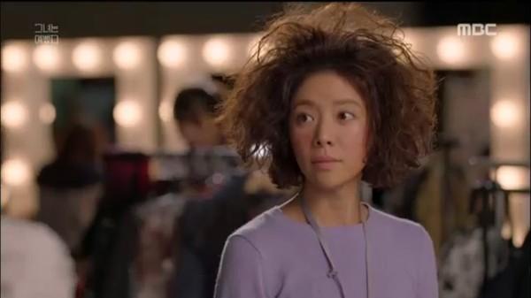 Mái tóc của cô nàng lúc nào cũng như vừa bị điện giật.