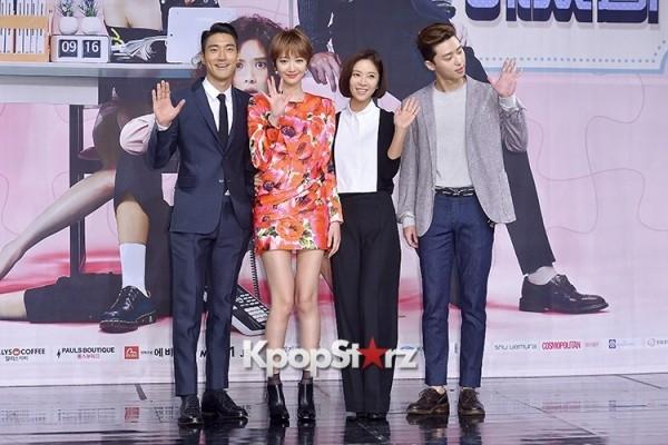 Tại sự kiện, thời trang của Hwang Jung Eum hoàn toàn lép vế so với bạn diễn Go Jun Hee.