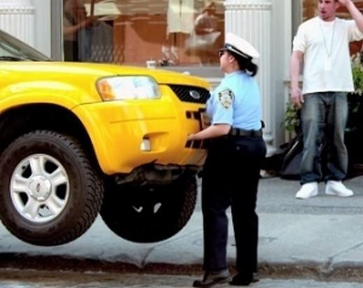 Một phụ nữ nâng xe taxi. (Ảnh: Internet)