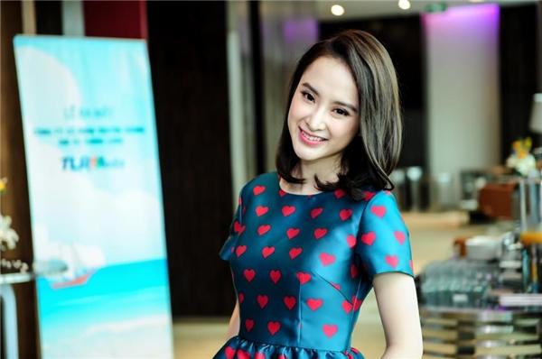 Những lọn tóc được uốn cong nhẹ nhàng ở phần đuôi giúp Angela Phương Trinh trở nên sang trọng, quý phái hơn.