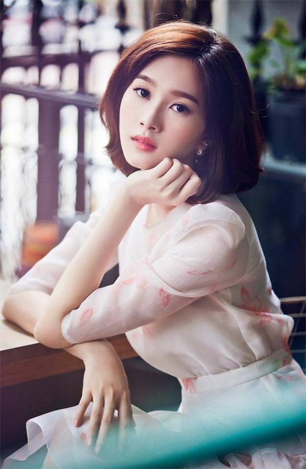 Tạo hình mới mẻ của Hoa hậu Việt Nam 2012 nhận được nhiều lời khen ngợi bởi sự tinh tế, trẻ trung nhưng không kém phần sang trọng, quý phái.