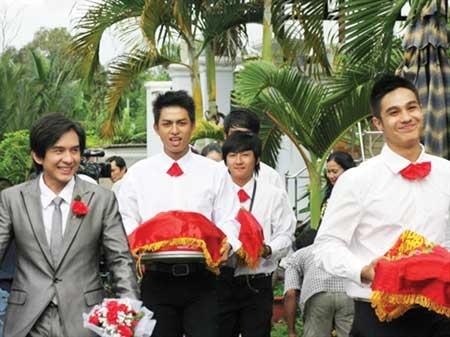 Ở cảnh kết của phim, các học trò lớp 12A1 tham dự lễ cưới của thầy Nghiêm. (Ảnh: Internet)