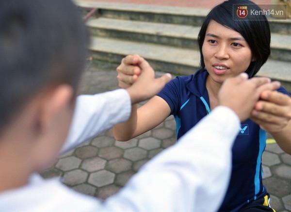 Tốt nghiệp loại khá trường CĐ Sư phạm Hà Nội - Khoa nhạc họa thể dục năm 2011, Trần Kim Ngân được phân về giảng dạy tại trường Hi Vọng (Đức Giang - Long Biên - Hà Nội). Đây là ngôi trường mà hầu hết học sinh bị khuyết tật bẩm sinh về thính giác và khó khăn trong việc phát âm.
