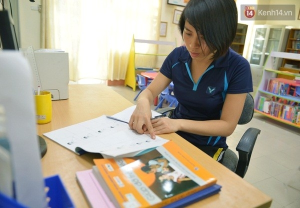 Không nghe, không nói được nên mọi việc giao tiếp của các em học sinh đều dùng ký hiệu bằng tay. Cái khó khăn nữa là làm sao có những phương pháp giúp các em hiểu nhanh và hiểu đúng trong giao tiếp khiến cô giáo Ngân thường xuyên phải trau dồi nâng cao trình độ.