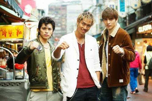 Onizuka (đứng giữa) và hai người bạn. (Ảnh: Internet)